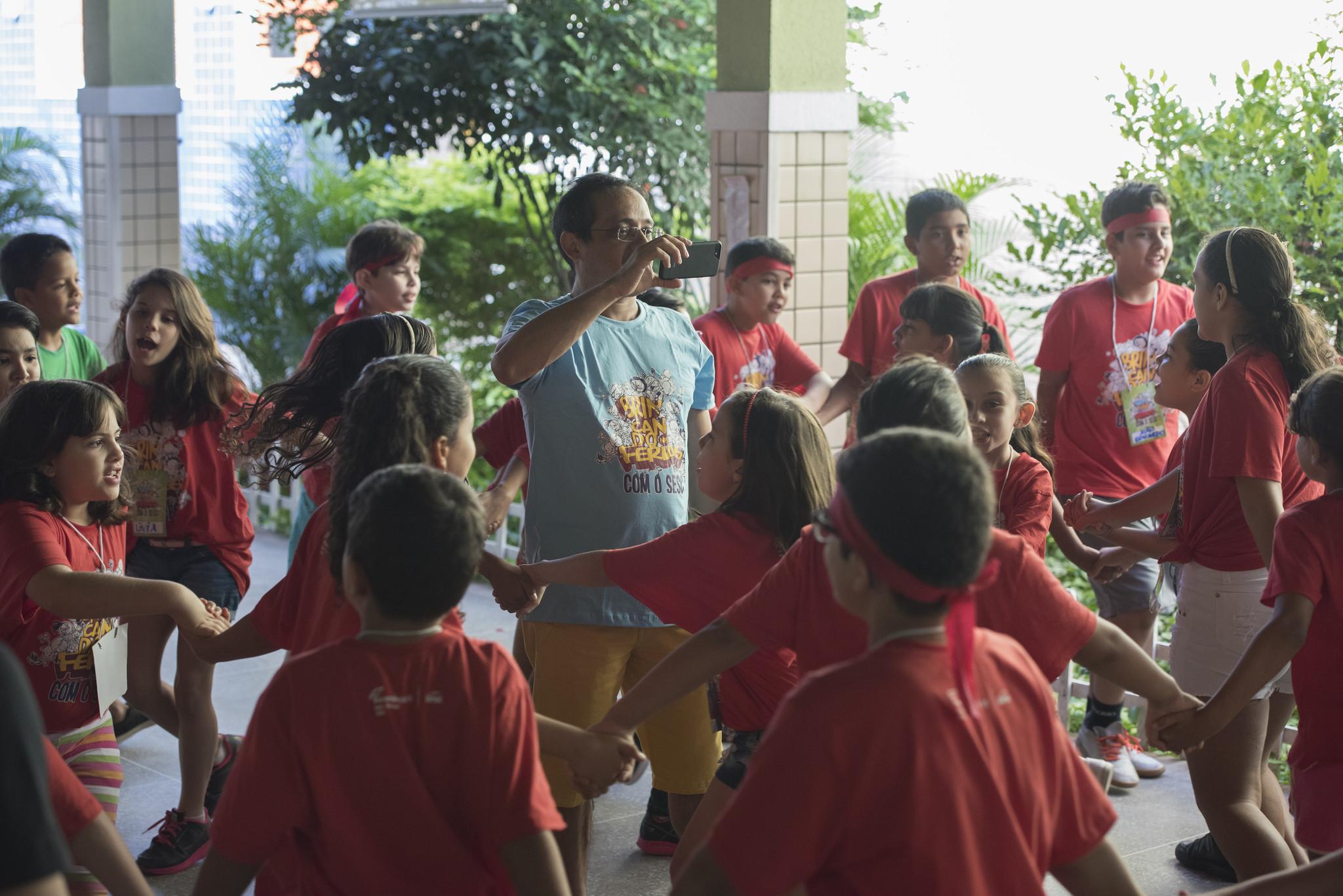 Crianças de Juazeiro do Norte brincam em dia de recreação no Sesc